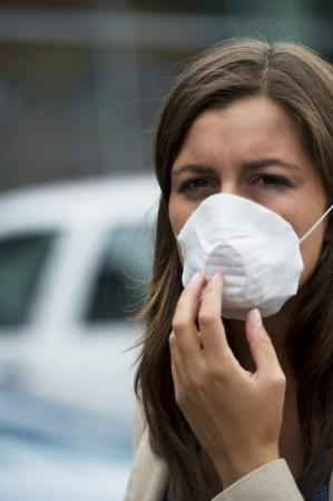 contaminacion aire: Joven con m�scara de respiraci�n al aire libre