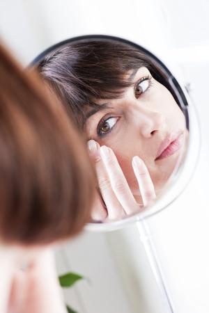 mujeres maduras: Mujer mirando a s� misma en el espejo