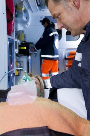 paciente en camilla: Los param�dicos con el paciente