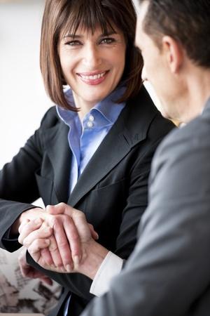 estrechando manos: Hombre de negocios y estrechar la mano de mujer de negocios
