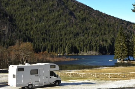 motorhome: RV parcheggiato presso il lago, adottata in Italia, Alpi orientali