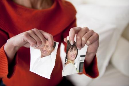Vrouw scheuren foto van haar relatie Stockfoto