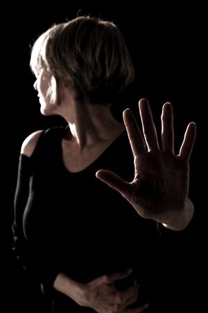 backlit: Mujer madura miedo de algo  actriz en el escenario