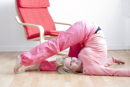 buena postura: Mujer madura, haciendo ejercicios de yoga