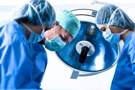 Portrait des Teams des Chirurgen bei der Arbeit