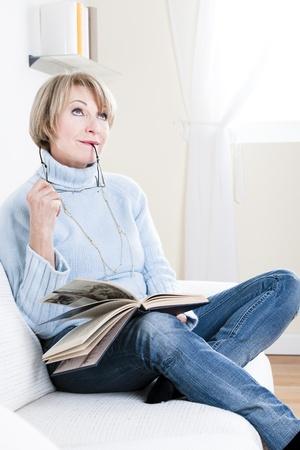 mujer pensativa: Mujer Senior de lectura