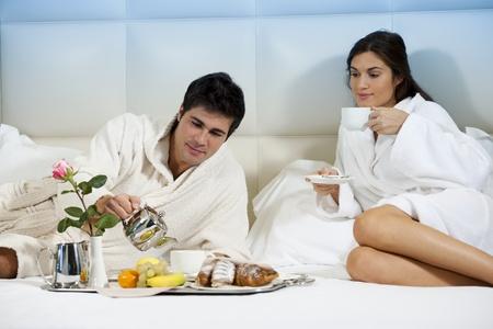 petit dejeuner romantique: Couple D?ndu au lit, chambre d'h?