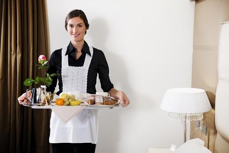 sirvienta: Feliz Maid llevando desayuno bandeja