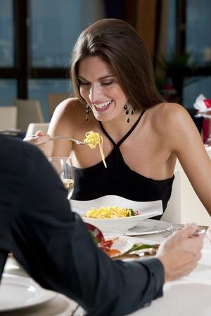 restaurante italiano: Pareja elegante en el restaurante