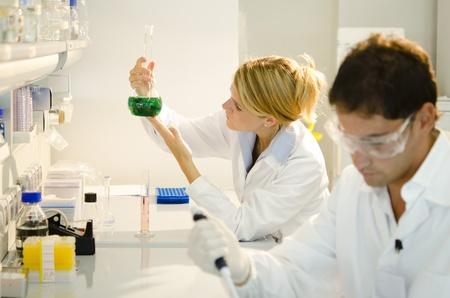 stem: Dos j�venes investigadores en el trabajo