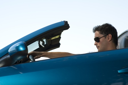 cabrio: Lage hoek bekijken van een man rijden zijn cabriolet