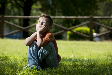Kleiner Junge tief in Gedanken
