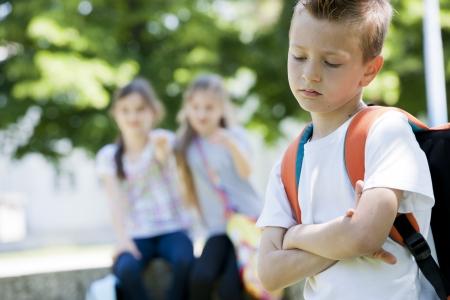 fille triste: Deux petites filles poting le petit garçon triste, se concentrer sur les connaissances