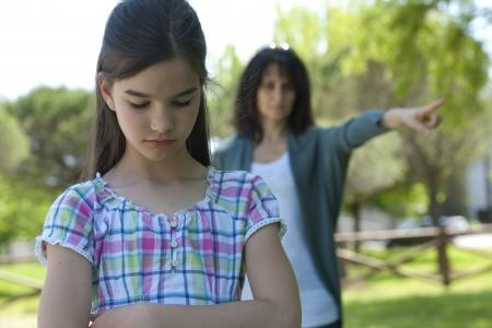 Meisje wordt verteld uit door haar moeder Stockfoto