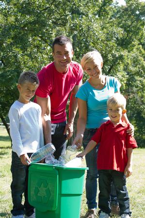 educacion ambiental: Ir verde: botellas de plástico reciclado de la familia al aire libre hapy