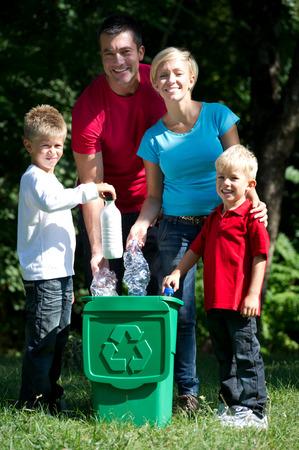 ni�os reciclando: Ir verde: botellas de pl�stico reciclado de la familia al aire libre hapy
