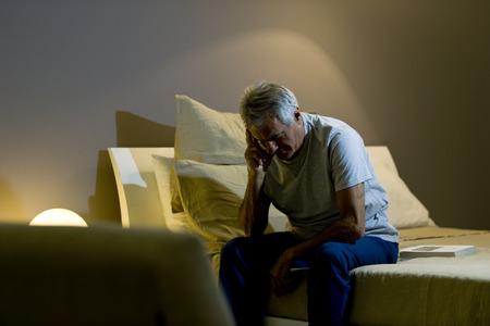 insomnio: Hombre preocupante awakining alto Foto de archivo