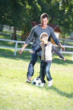 jugando futbol: Padre e hijo jugando al fútbol