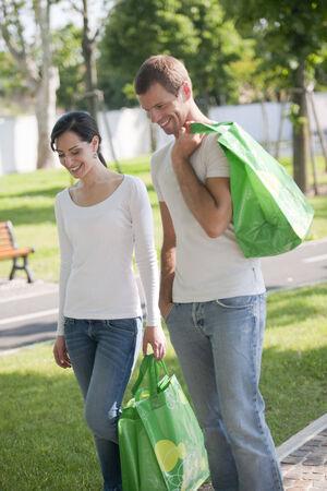 reusable: Giovane coppia con borse riutilizzabili
