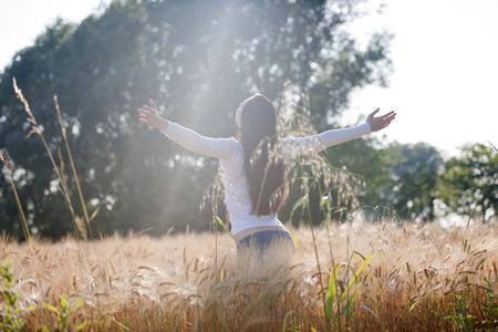 Rückansicht einer jungen Frau, die Natur genießen Standard-Bild