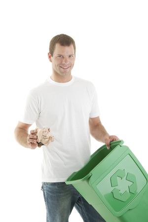 reciclaje de papel: Los hombres jóvenes de reciclaje de papel