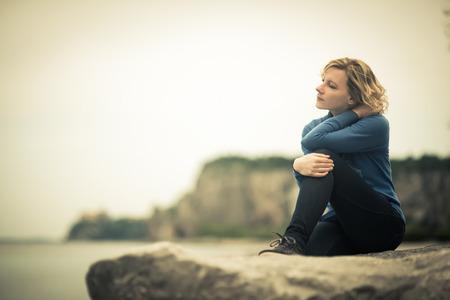 해변에서 잠겨 있거나 꿈꾸는 여성