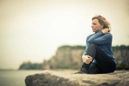 mujer mirando el horizonte: Mujer pensativa  soñando en la playa