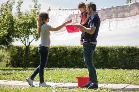 ropa colgada: La familia feliz de colgar ropa