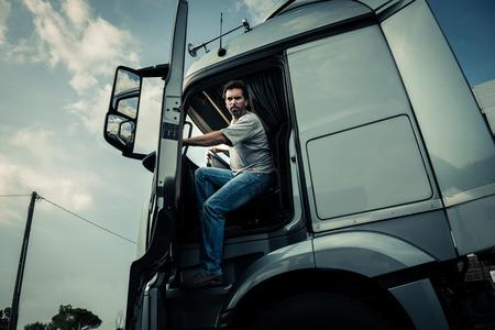 ciężarówka: Kierowca ciężarówki pochodzących z toru Zdjęcie Seryjne