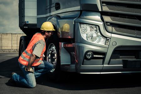 Водитель грузовой готовит свой грузовик Фото со стока