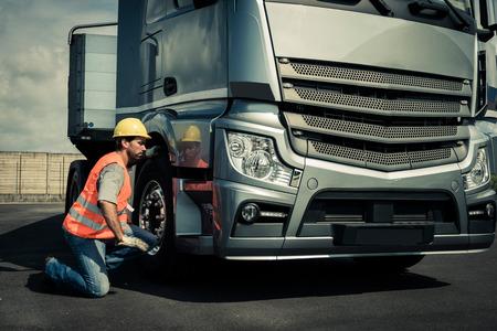 Vrachtwagenchauffeur voorbereiding van zijn truck