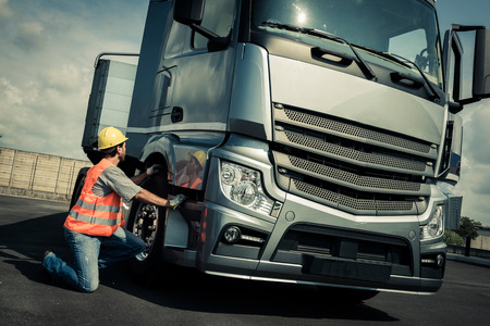 suo: Camionista preparando il suo camion