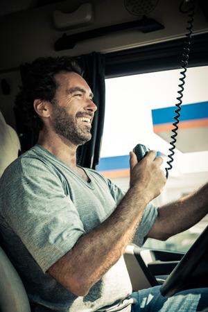 Portret van een vrachtwagenchauffeur met behulp van CB-radio Stockfoto