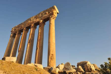 columnas romanas: columnas romanas en L�bano Baalbek  Foto de archivo
