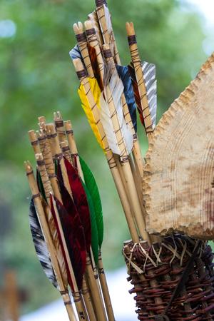 arco y flecha: Cerca de la antigua flechas de madera en el festival c�ltico