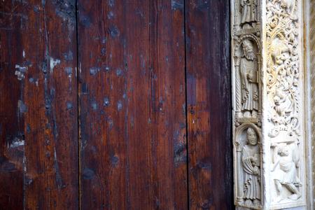 arcos de piedra: Detalle de la puerta de entrada cerrada de la catedral de M�dena, Italia. Foto de archivo