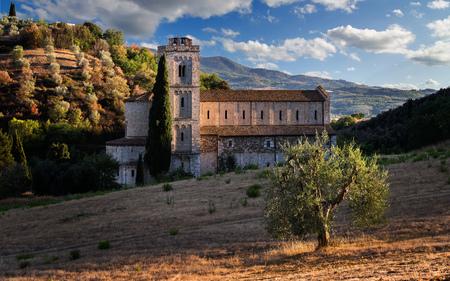 Gevangen tussen licht en schaduw - Sant'Antimo Abbey, Castelnuovo dell Abate, Montalcino, Toscane, Italië, Europa. Stockfoto - 90327702