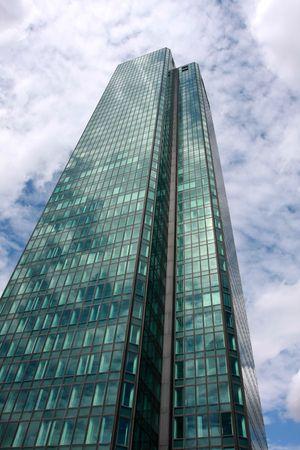 Skyscraper against a cloudy sky Banque d'images