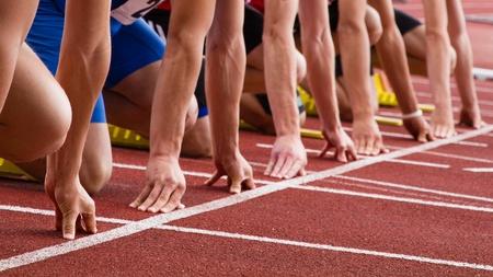 pista de atletismo: Sprint inicio en pista y campo Foto de archivo