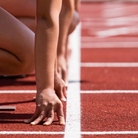 atleta corriendo: Sprint inicio en pista y campo Foto de archivo