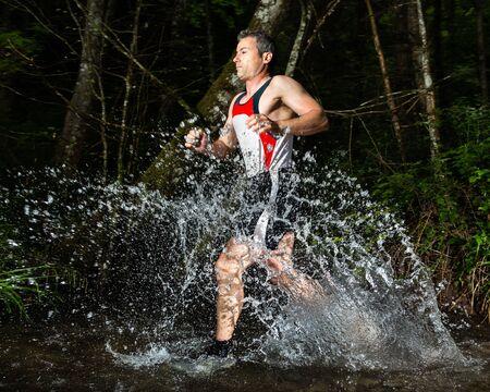 hombres corriendo: corredor en el lecho de un r�o Foto de archivo