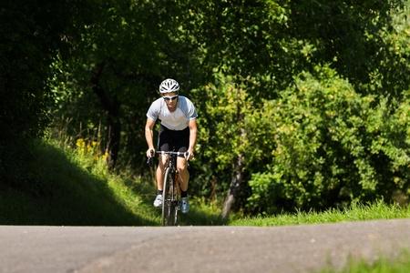 en mont�e: cycliste dans une mont�e