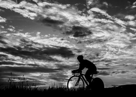 silhouette of a triathlete in cycling Standard-Bild