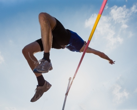 hombre deportista: Salto de altura en pista y campo