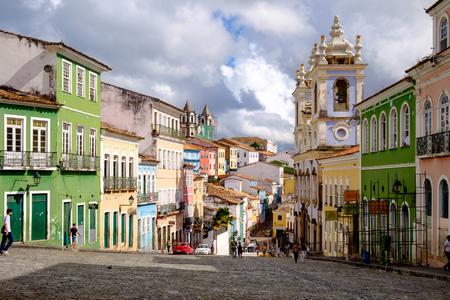 Kleurrijke huizen in het historische centrum van Salvador in Bahia / Brazilië. Een mythe zegt dat elke kei een slaaf is die op deze plaats is gestorven Redactioneel