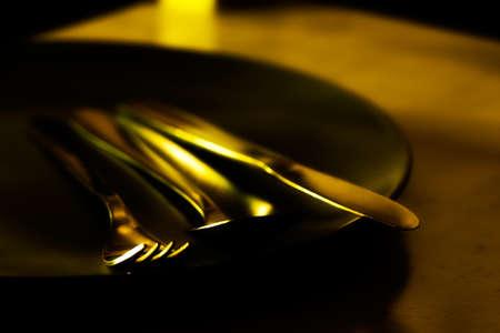 silverware: Art�culos de plata a la luz de oro en una placa