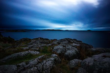 cielo y mar: Vista desde acantilado por el archipi�lago en el mar B�ltico en la oscuridad. la exposici�n longe