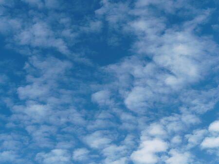 Blue sky with wispy, white clouds (probably cirrocumulus) 版權商用圖片