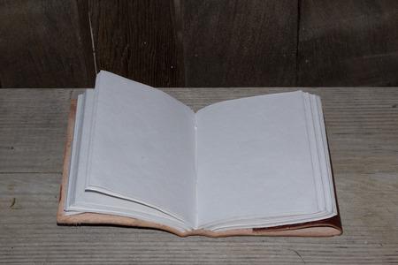 Een open leer gebonden met lege witte pagina's boek