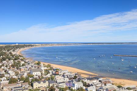 Provincetown, Massachusetts, Cape Cod 도시보기 및 해변과 바다 위에서 볼 수 있습니다.